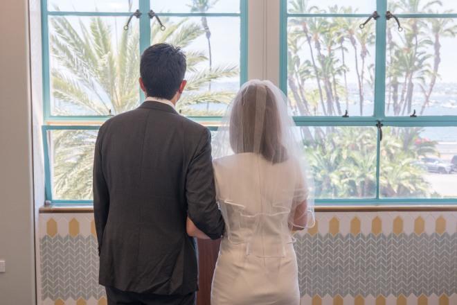 신랑 신부가 샌디에고 카운티 센터에서 결혼식을 위해 기다리고 있다.