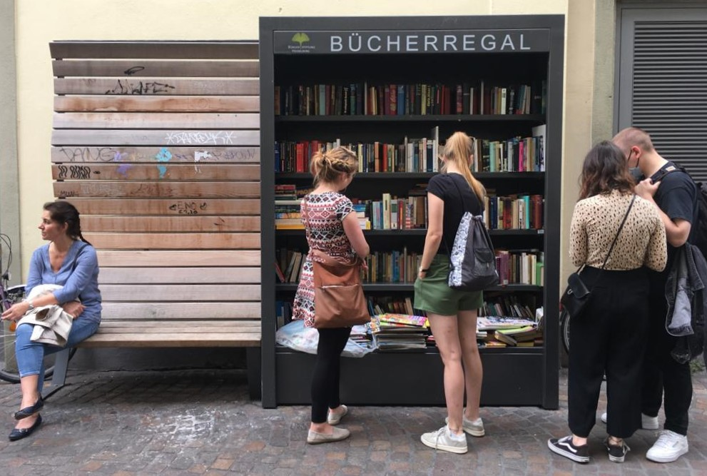 독일 동네마다 있는 '길거리 오픈책장' 앞에서도 묵묵히 자기차례를 기다리는 줄이 생긴다.