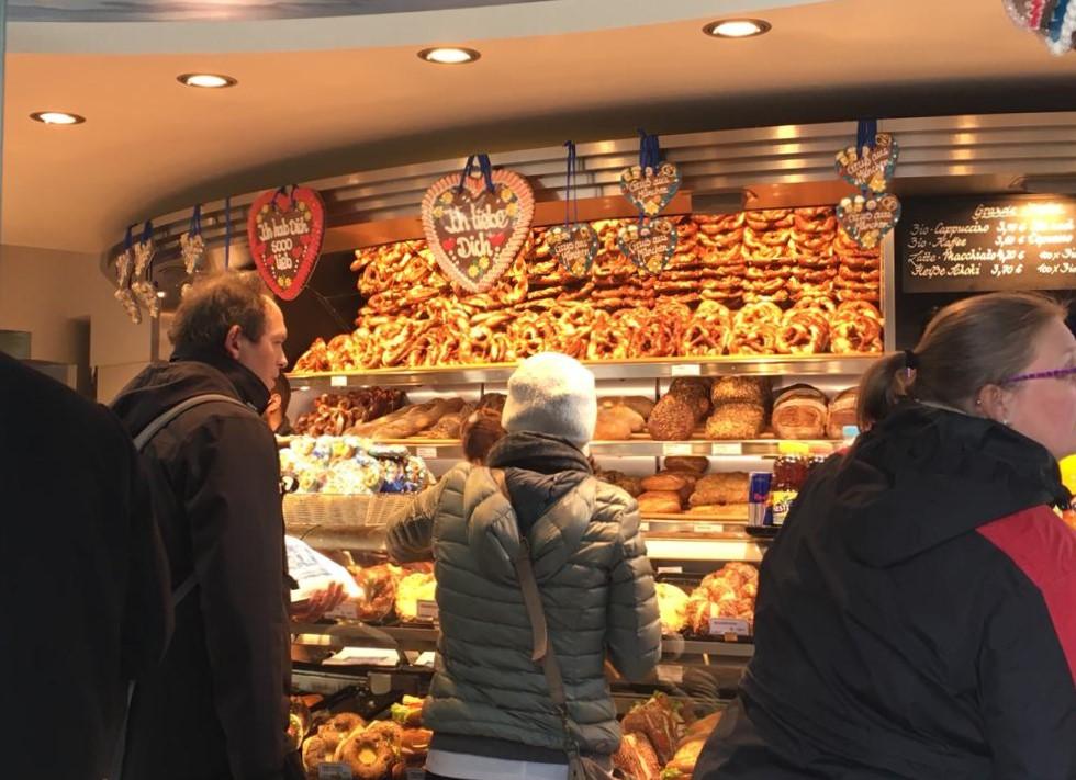 빵집에서 줄도 없이 자기차례를 묵묵히 기다리는 독일사람들.