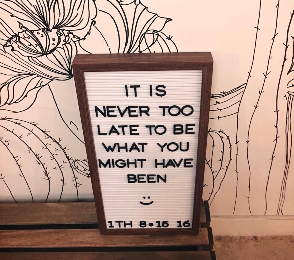 늦었다고 생각할 때가 가장 빠르다는 표지판이다.