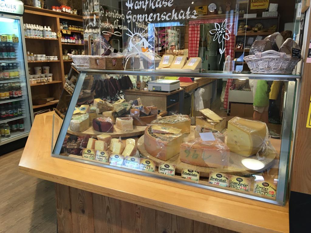 알프스 오버스트도프의 특산품인 치즈가 진열대에 가득하다.
